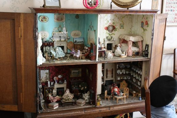the vintage dollhouse