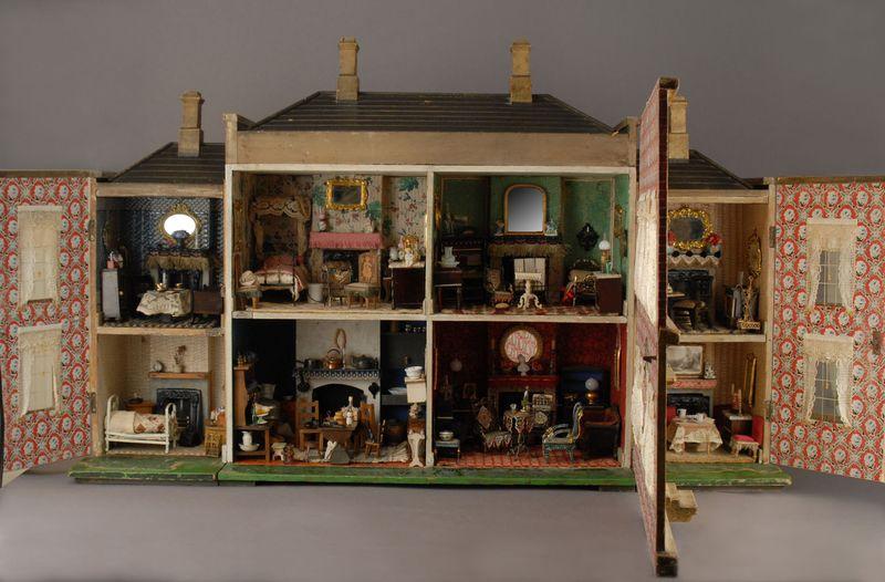 Living Little: The Miniature World of Dollhouses (Hannah's Treasures