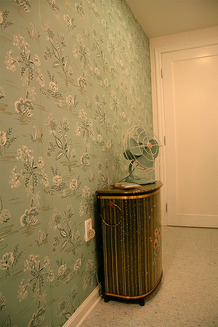 Nanette 39 s 1940 39 s vintage bathroom hannah 39 s treasures for Vintage bathroom wallpaper